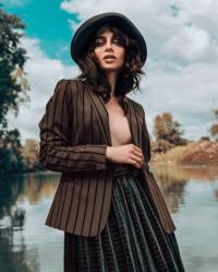 Elegant magazine foto alice gimmelli cappello grevi donna